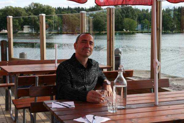 Motala Vättern Gölü kenarında mutlu bir şekilde karnını doyuran sevgili eşim Murat…