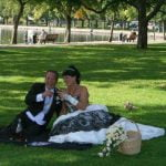 Mutlu mutlu fotoğrafçılarına poz veren yeni evli bir çift karşılarında kameram ile beni görünce şok oldular. Ama yine de çekim durmaz diyerek işlerine devam ettiler…
