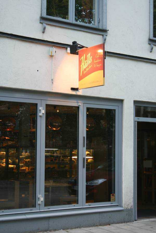 Hälls Bageri&Konditori kafeteryasının yola bakan cephesi son derece sıradan ama içi gizli bir güzellik vaat ediyor.