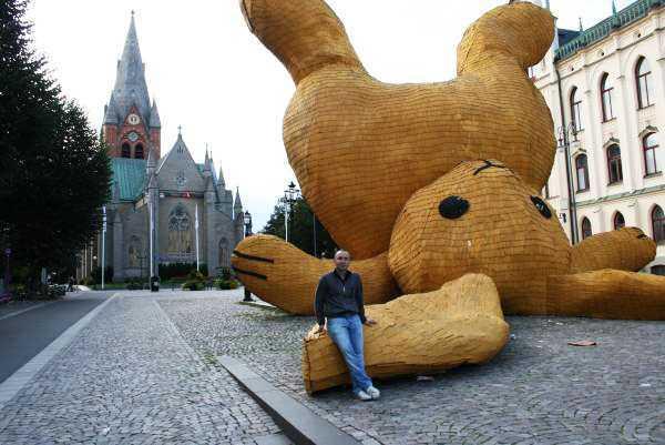 St Nikolai Kyrka adlı kiliseye karşı şov yapan sarı tavşan yerleştirmesi…