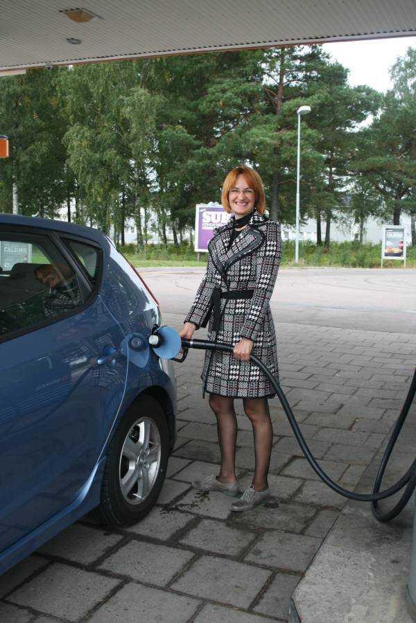 Benzin istasyonlarında her şeyi kendiniz yapmak zorundasınız. Benzini bile siz dolduracaksınız. Başka seçenek yok. Arabayı Arlanda Havaalanına teslim etmeden önce depoyu dolduruyorum…