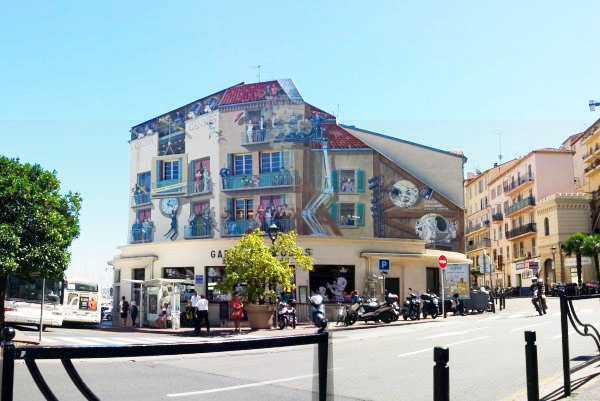 La Piazza Pizzeria'da otururken seyredebileceğiniz Frescolu bina...