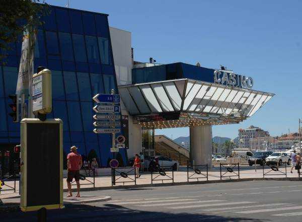 Festival Binasının yanindaki Casino