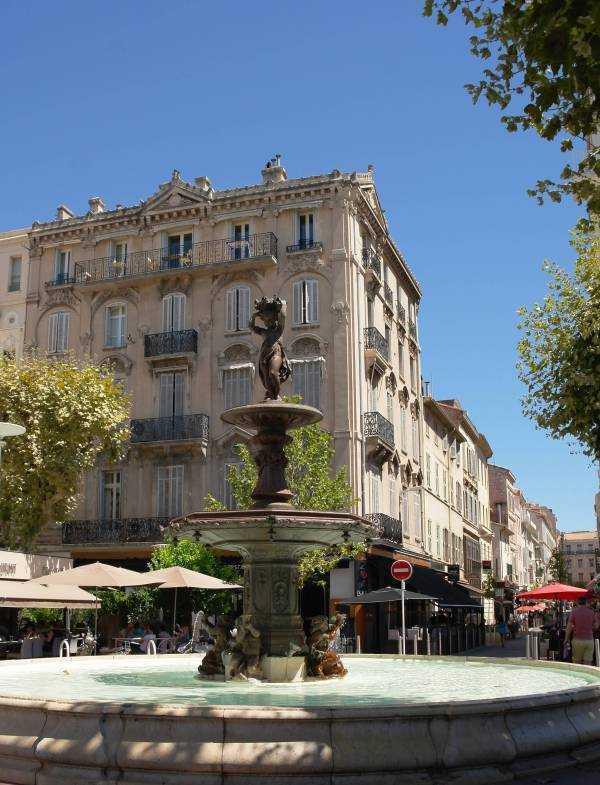 Place General de Gaulle Meydanındaki güzel havuz
