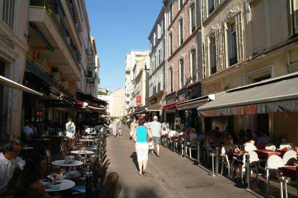 Rue d'Antibes'den La Croisette'e inen sokaklardan biri