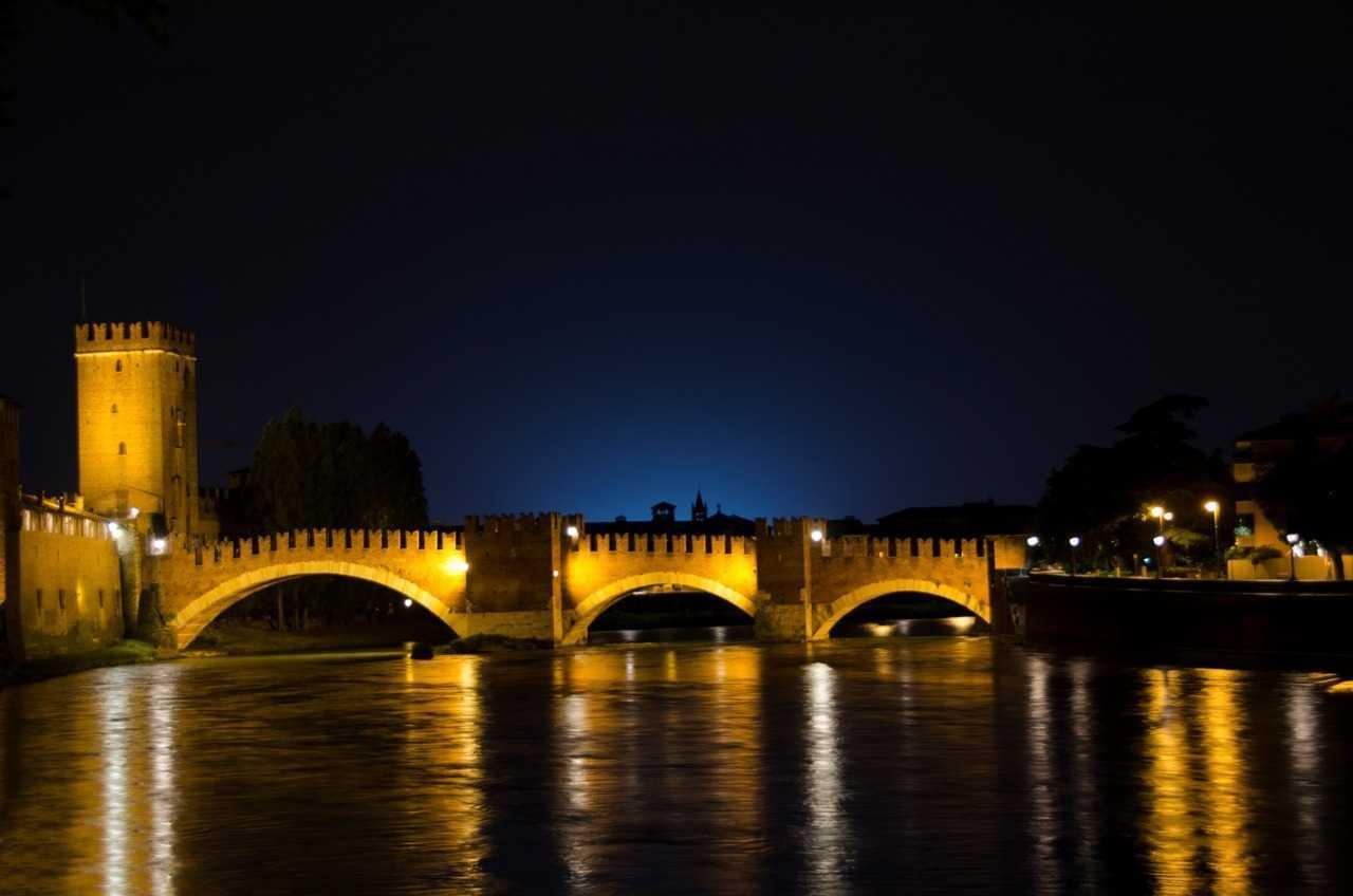 Verona'nın otelimizin yakınlarından gece manzarası  - Ponte Scaligero - Ortaçağda savunma amaçlı kullanılan  Ponte Scaligero 2. Dünya Savaşında Alman orduları tarafından geçişi engellemek için yıkılmış ancak sonra harika gün batım manzarasından mahrum kalmak istemeyen yerel halk tarafından yeniden inşa edilmiştir …
