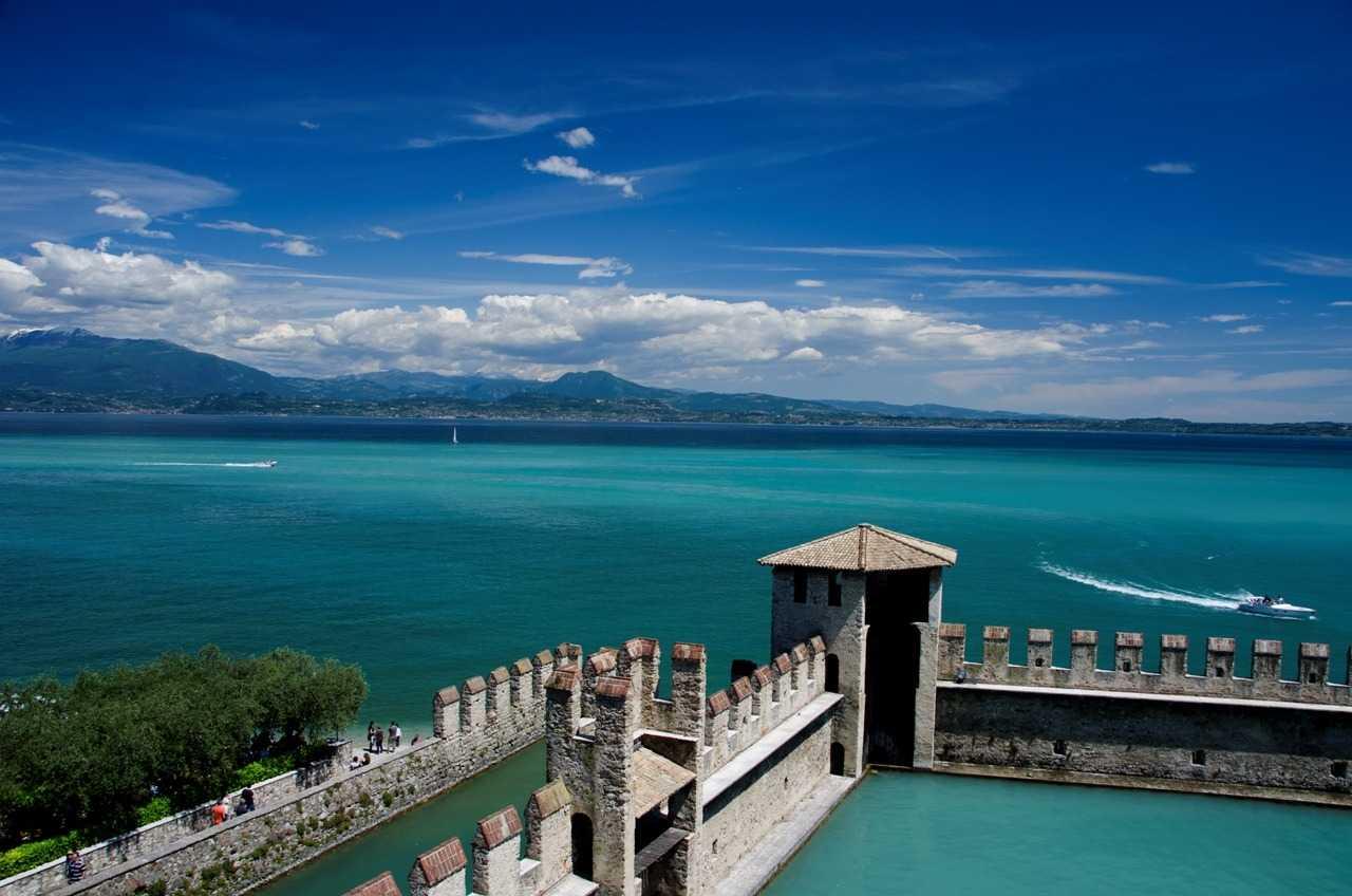 Garda Gölü Verona'dan araba ile yarım saat uzaktıkta…
