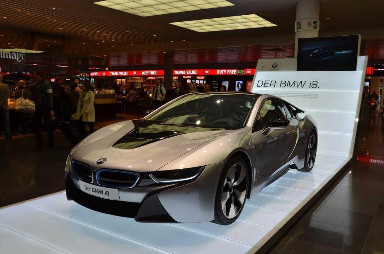 Münih Havaalanındaki yeni çıkan BMW i8 tanıtımına rast geldik…
