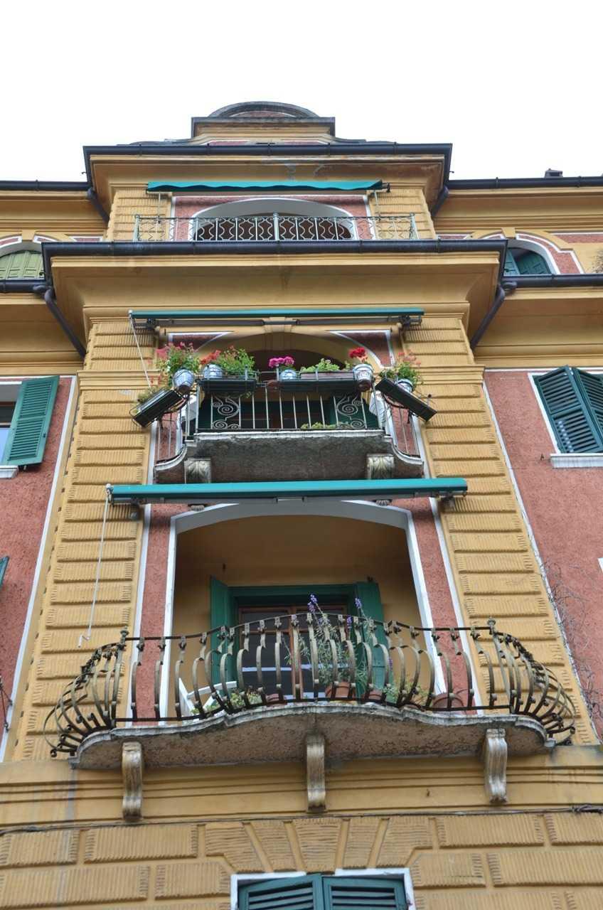 Adige Nehri kıyısında Lungadige Bartolomeo Rubele Bulvarında bir binadan detay…