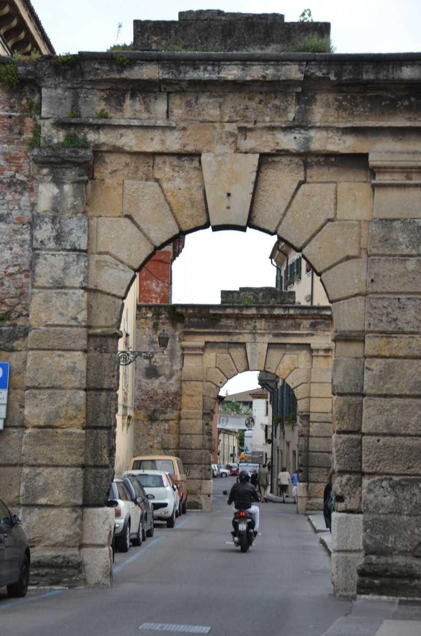 Verona'da Tarihi Kentin her yerinde görebileceğiniz Roma dönemi kemerlerinden biri…