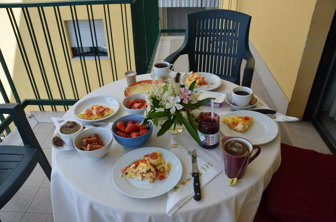 Kızların hazırladığı zarif ve zengin kahvaltı…