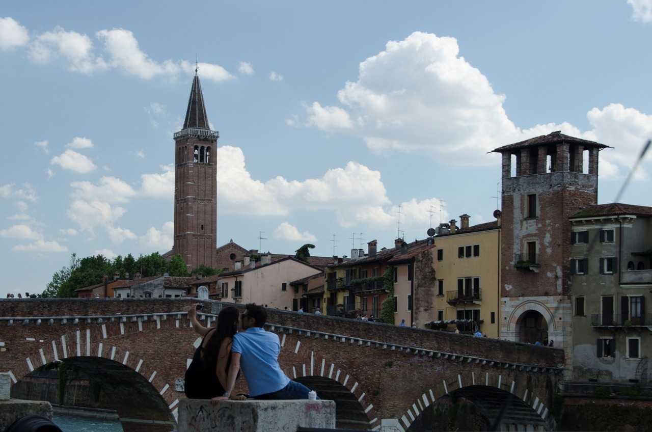 Ponte Pietra'da selfie çeken âşıklar - Verona