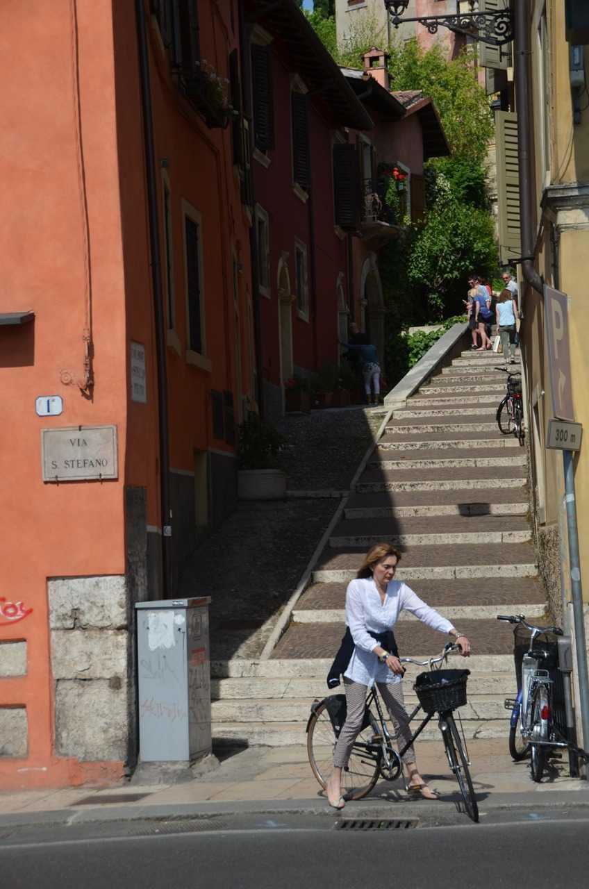 Chiesa di Santo Stefano yanındaki Via Santo Stefano sokağı - Verona…