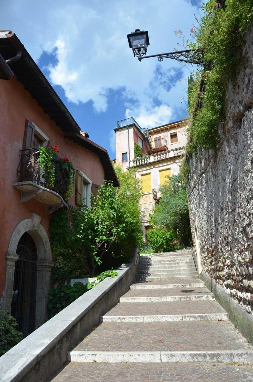 Chiesa di Santo Stefano yanındaki merdivenli yol Scalone Castello S.Pietro…