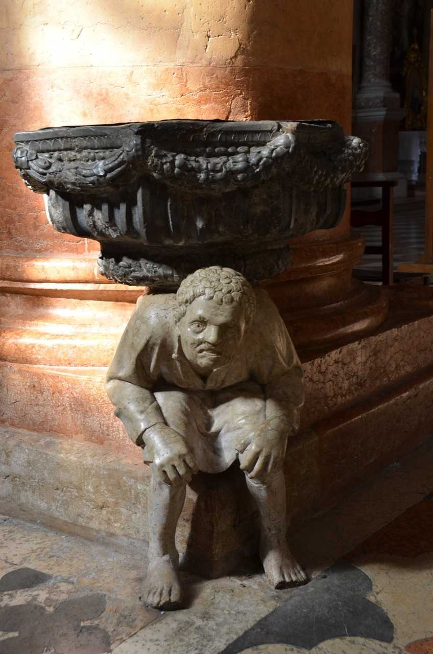 Basilica di Sant'Anastasia - Devasa kolonların yanındaki heykeller…