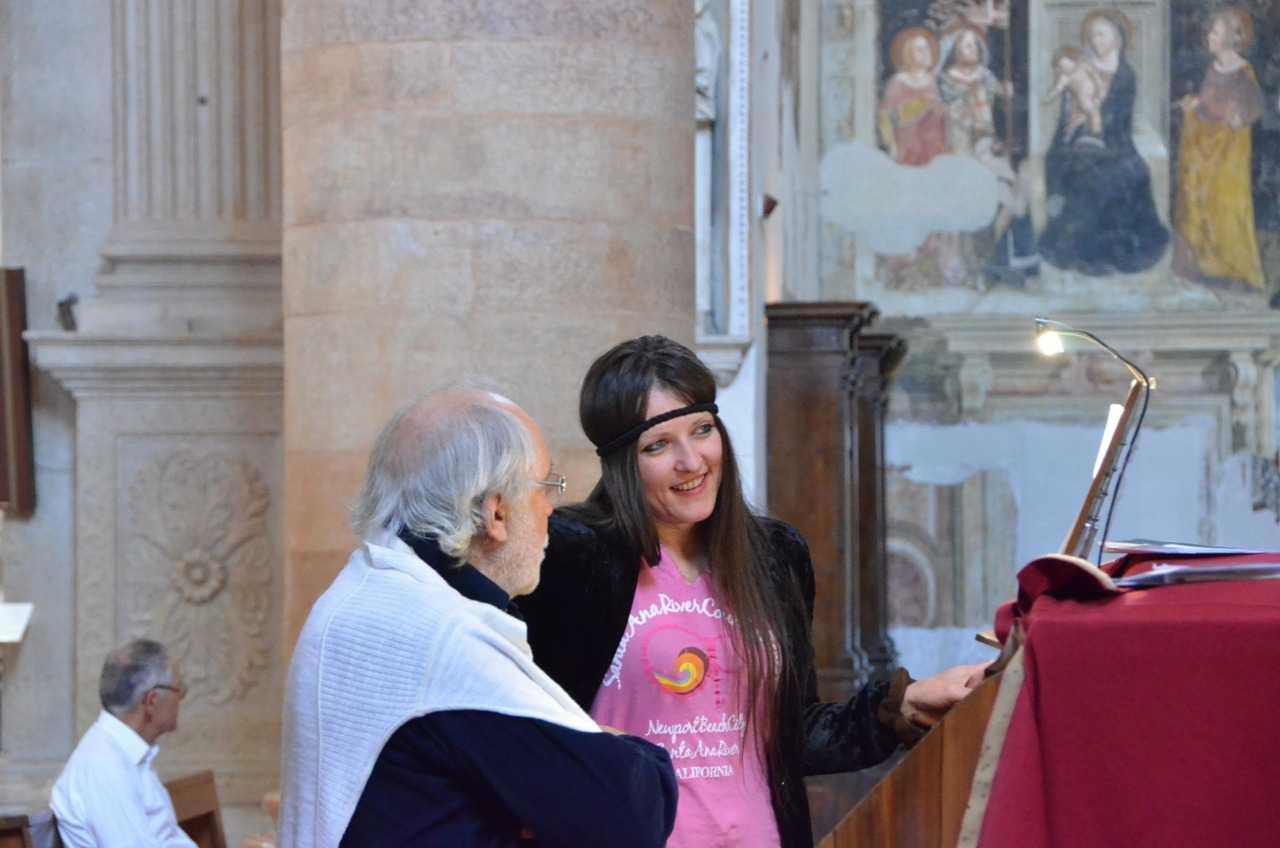 Basilica di Sant'Anastasia – İlahi provası yapan nefis sesli bayan. Sesi insanın ruhuna işliyor…