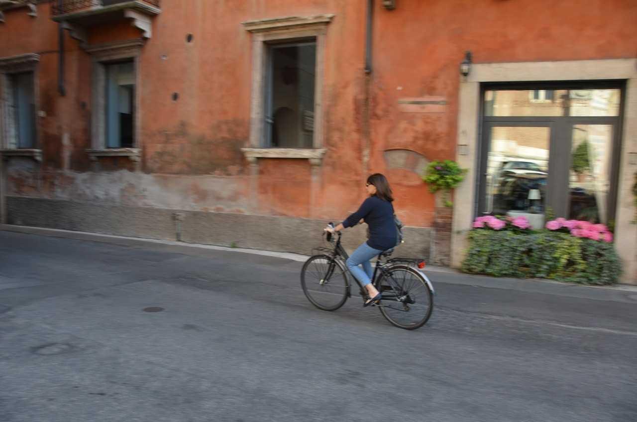 Duomo yolunda bir bisikletli…