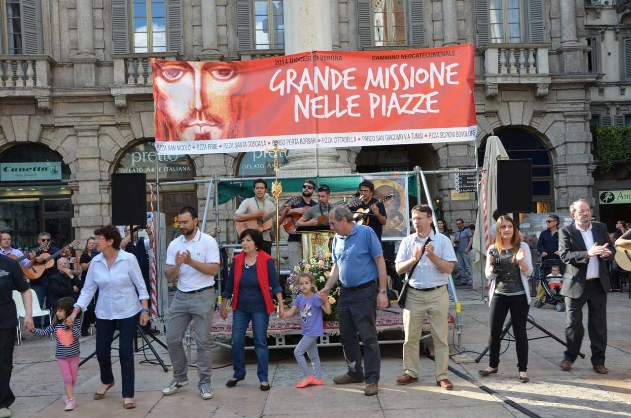 Piazza Erbe meydanında dini müzik ile dans eden yerel halk…
