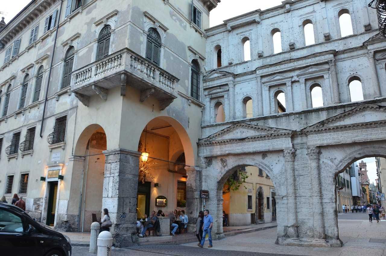 Roma döneminden kalma Porta dei Borsari ve yanındaki favori kafeteryamız Caffe Rialto…