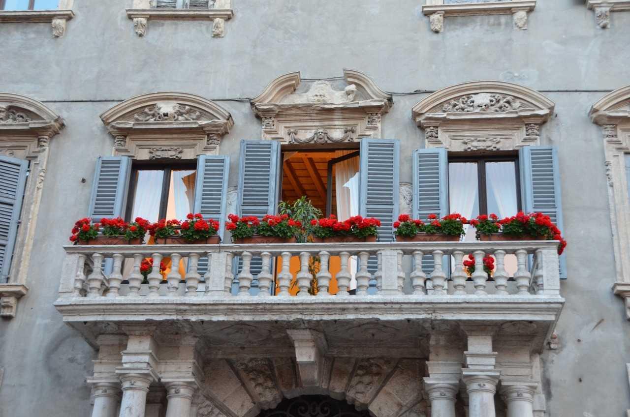 Porta dei Borsari bölgesinden bir pencere detayı…