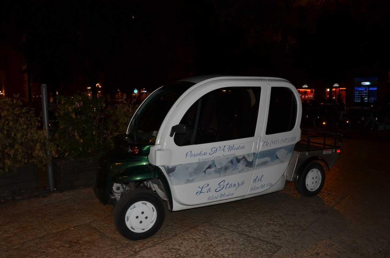 Hotel Mastino'dan otelimize bu şirin araçla gittik…