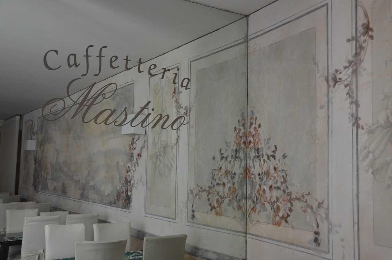 Hotel Mastino'nun duvar kağıdı ile kaplanmış gibi görünen ama tamamen boyama olan kahvaltı salonu duvarları…