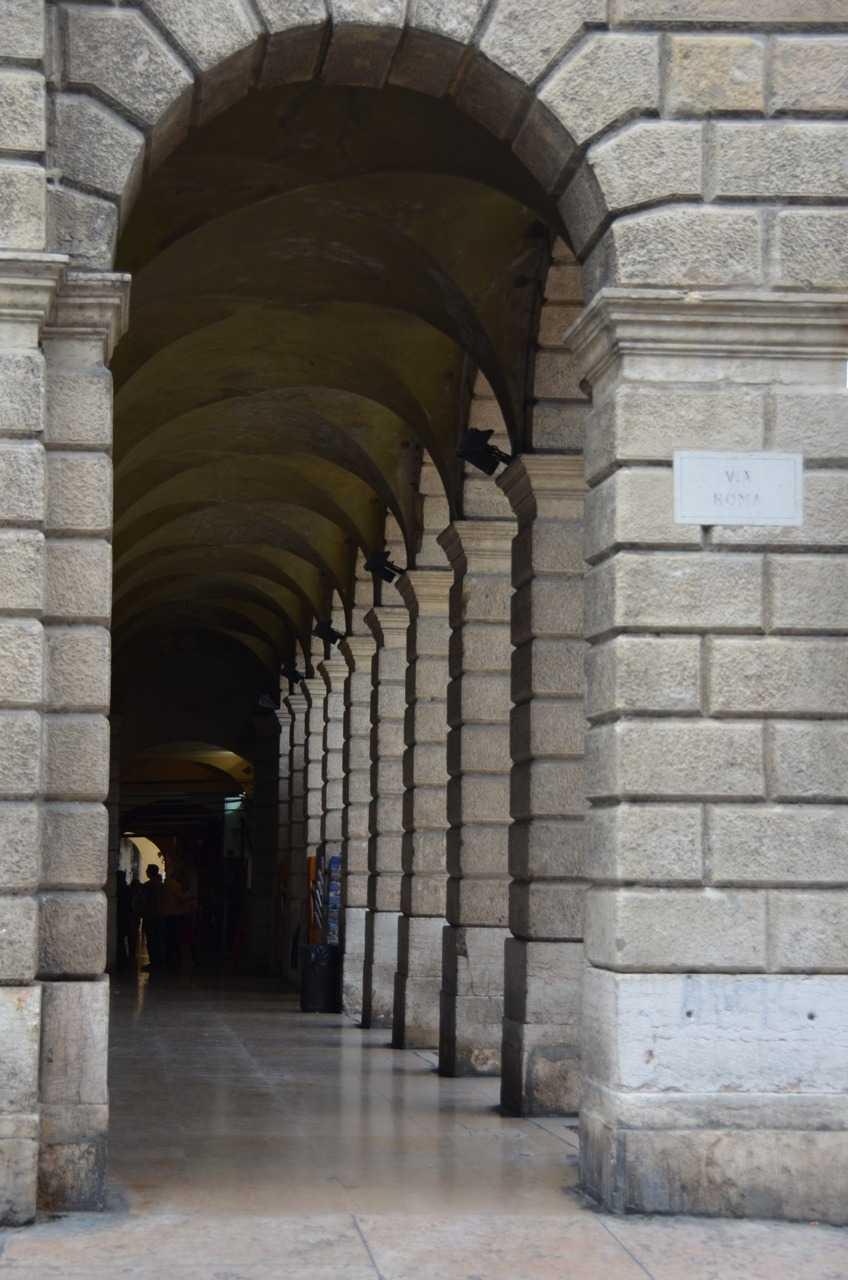 Verona'da sıkça karşınıza çıkan kemerli kaldırımlardan biri… Via Roma Caddesi…