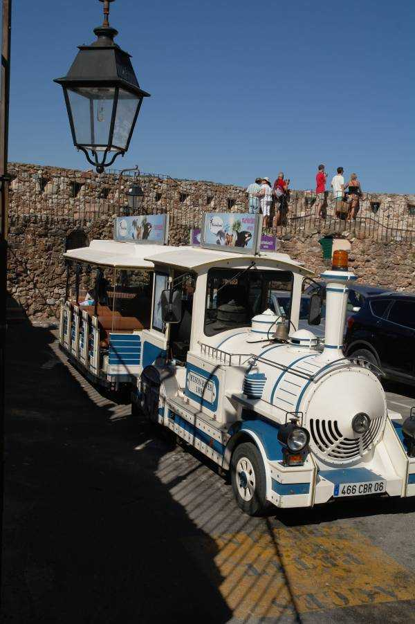 "Kalenin önünde mola veren turist treni ""Petit-train"""