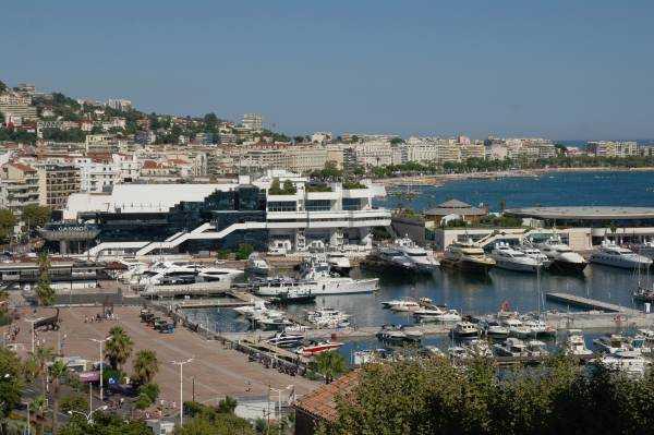 Cannes Limanı'na, Festival Binası'na ve Casino'ya tepeden bakış...