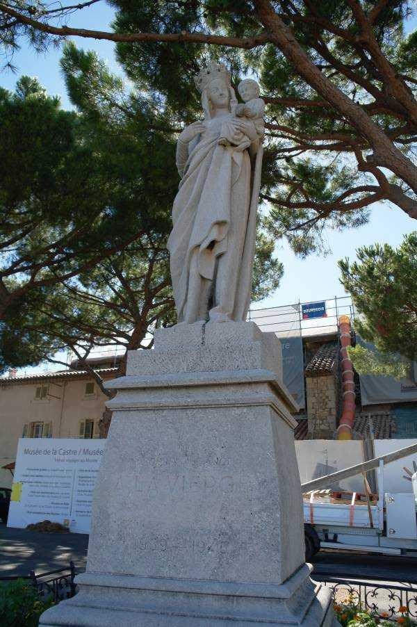 Musee de la Castre'ın önündeki heykel