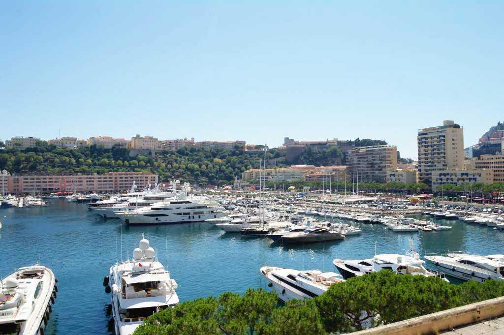 Monte Carlo yokuşunda, Avenue d'Ostende caddesinden Port Hercule Limanına  bakış...