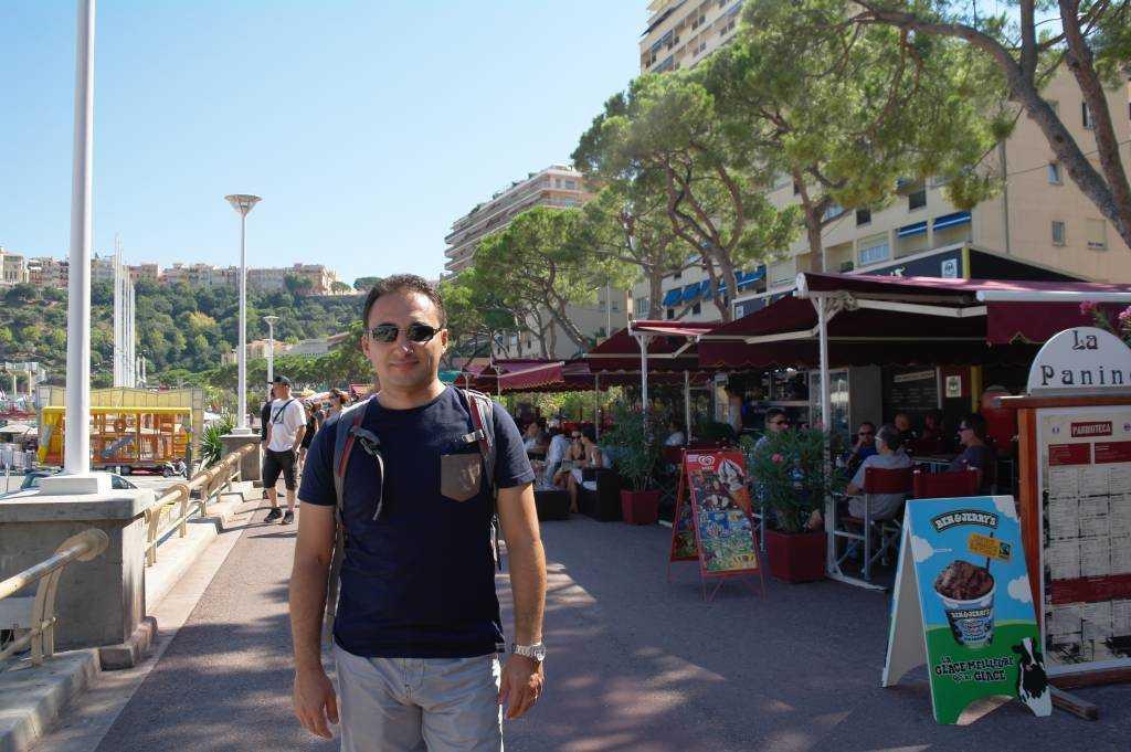 Port Hercule boyunca sıralanmış şirin kafe ve restoranlar