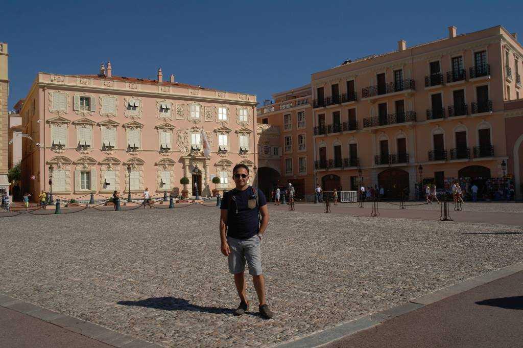 Saray Meydanındaki binalar