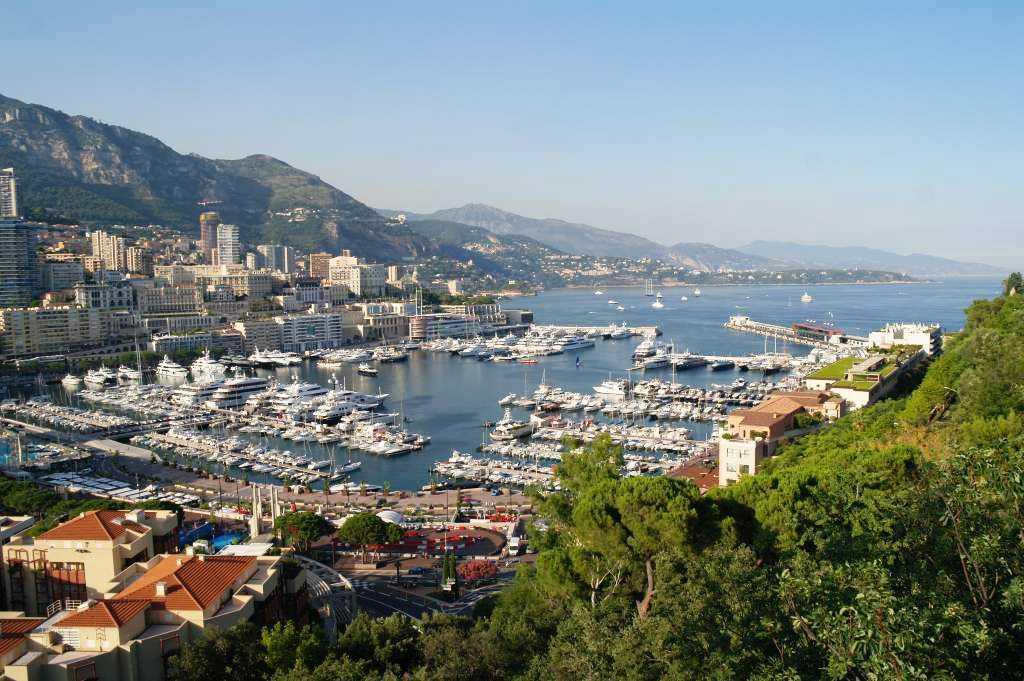 Tepedeki Monako Sarayı'ndan Port Hercule manzarası