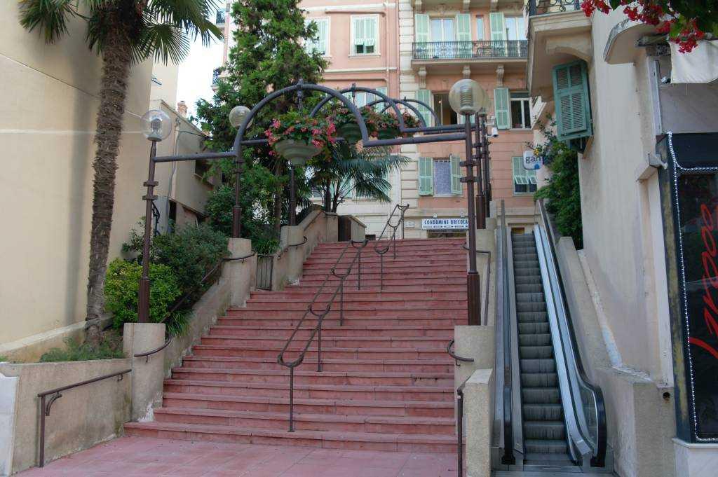La Condamine sokaklarında  yuruyen merdiven