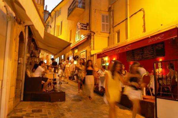Saint-Antoine Sokağı gece vakti...