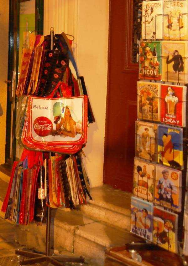 Saint-Antoine Sokağındaki hediyelik eşya satan dükkanlar gece vakti de açık...