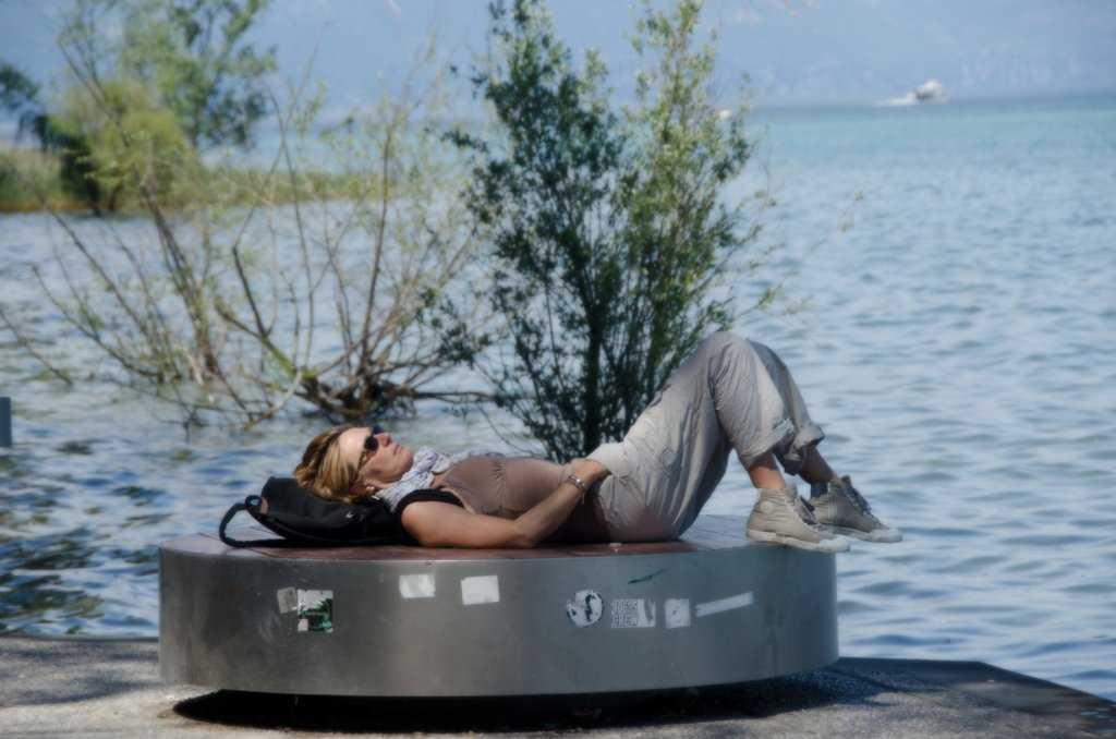 Göl kenarının tadını çıkaran genç bir bayan… Sirmione – Garda Gölü…
