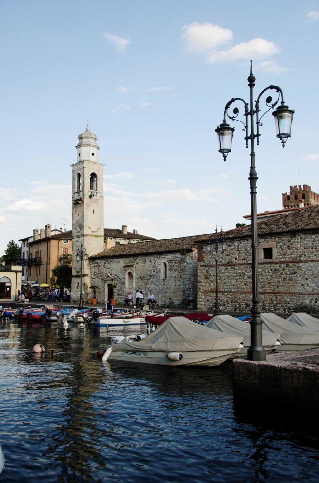 Lazise'nin tam ortasındaki liman – Garda Gölü…