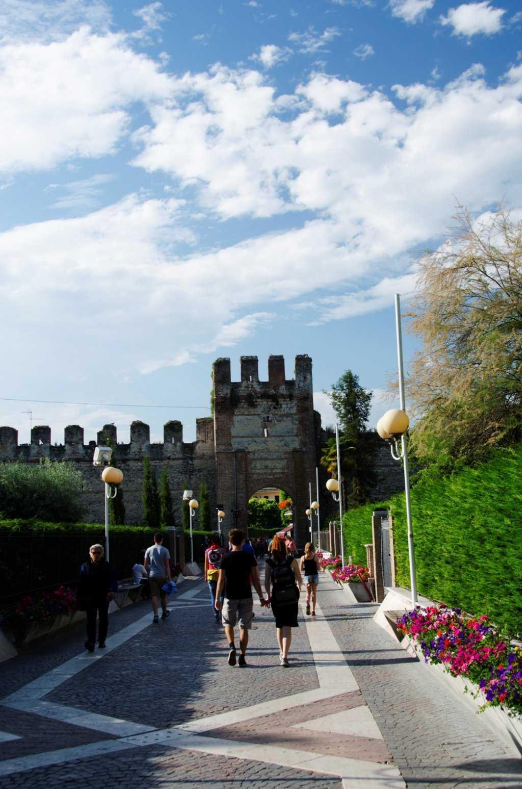 Castello ScaligerodiLazise Kalesinden kente giriş – Lazise - Garda Gölü…