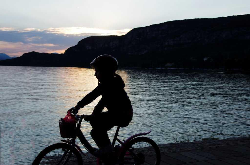 Garda Kasabasının göl kıyısı bisikletlilerin favori adresi…