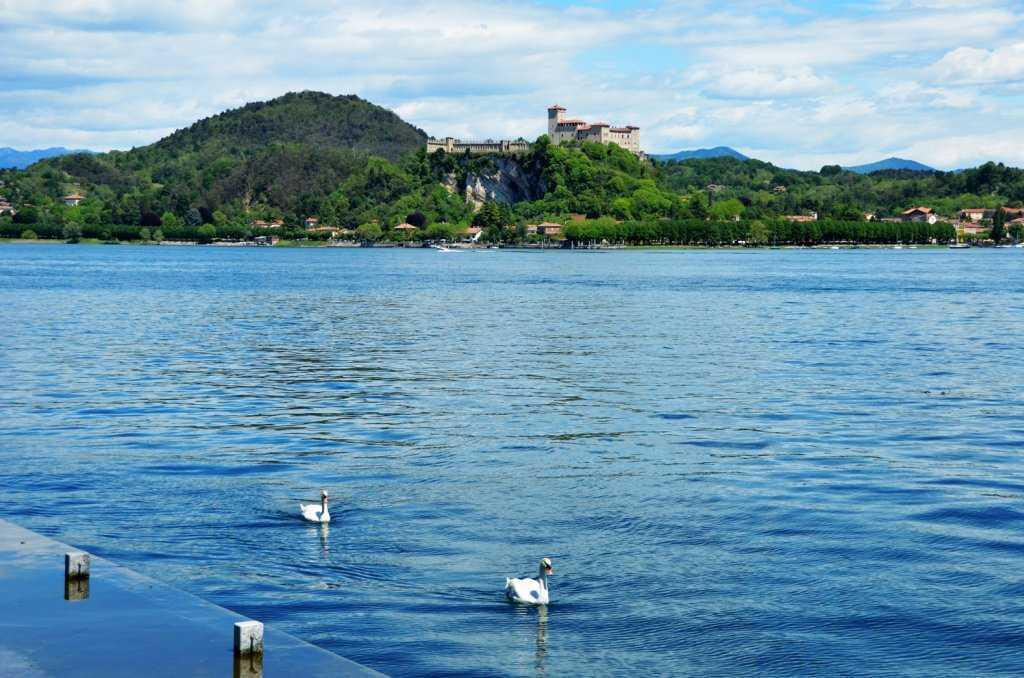 """Arona'nın """"La Rocca Borromeo di Angera"""" adlı ortaçağ kalesinin göl kıyısından manzarası…"""