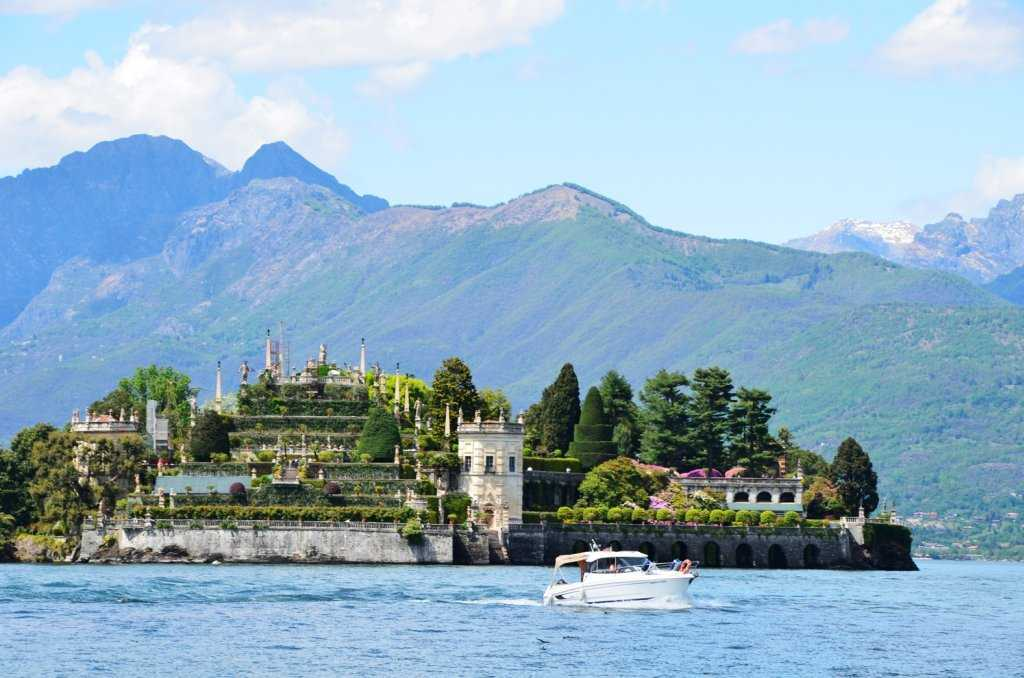 Borromean Körfezi Adalarının ilki Isola Bella – Stresa – Maggiore Gölü…