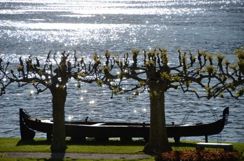 I Giardini di Villa Melzi - Ağaçlı koridor ve göl kenarında yer alan Mısır stili kayık…