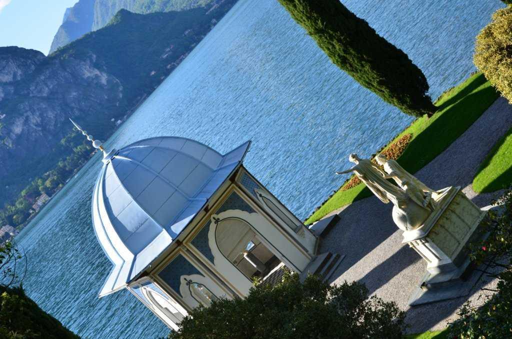 I Giardini di Villa Melzi – İçinde büstler olan Fas stili şapel ve karşısındaki Dante ve Beatrice heykeli…