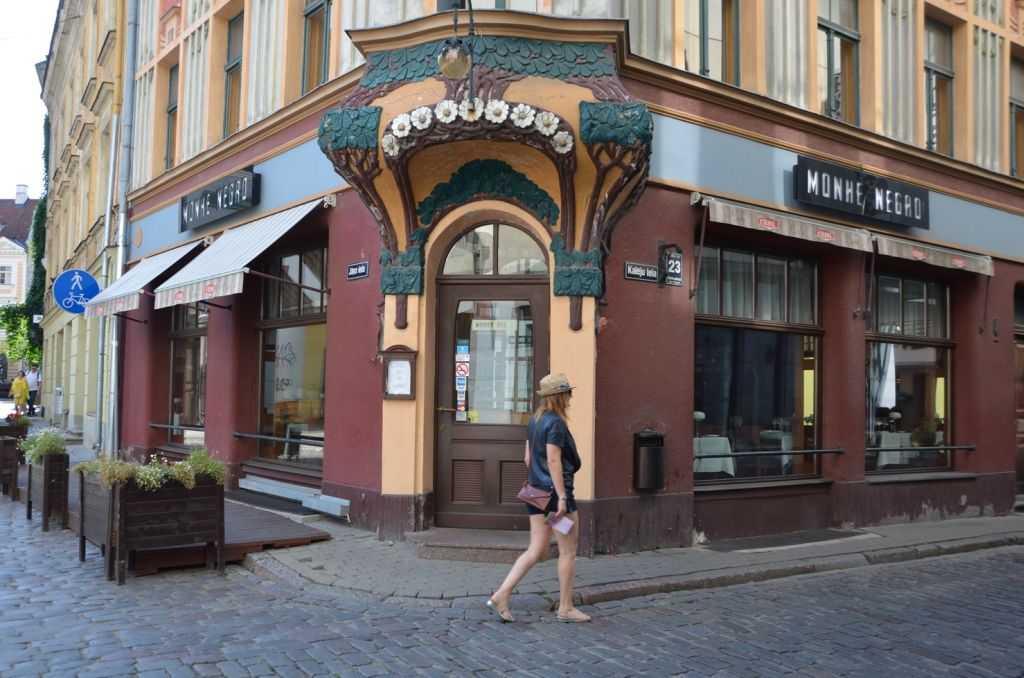 Ağaç şeklindeki giriş kapısı ile bir Art Nouveau bina… Kaleju iela 23