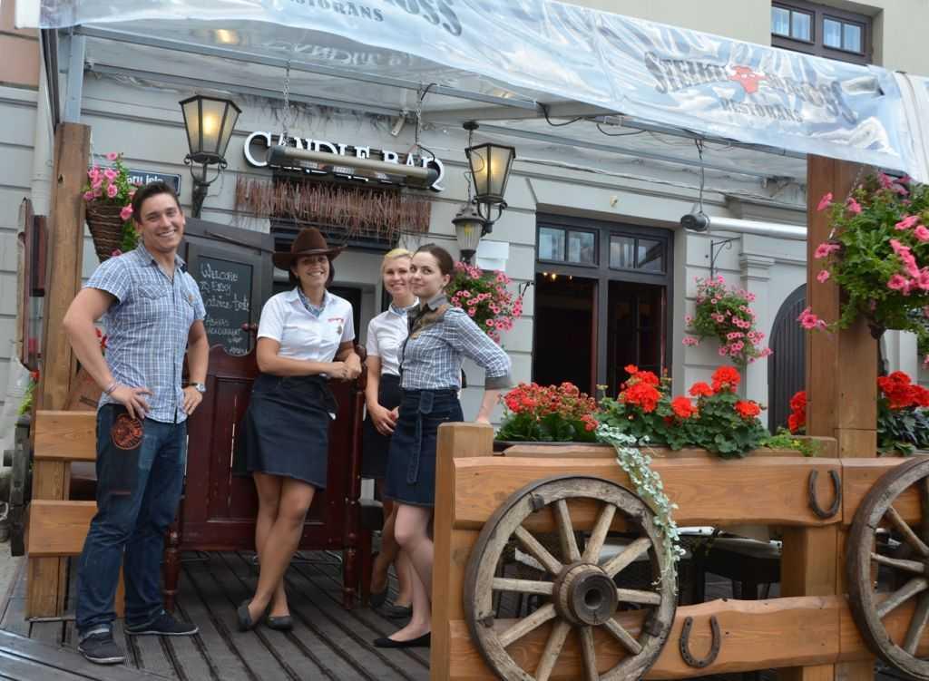 Riga'da birkaç sokağın kesiştiği geniş caddenin tam köşesindeki et restoranı. İkinci gidişimizde burada yemek yedik. Şahaneydi… Mekânda aynı zamanda Candle Bar adında bir de bar var. Steiku Haoss Restorans - Meistaru iela25…