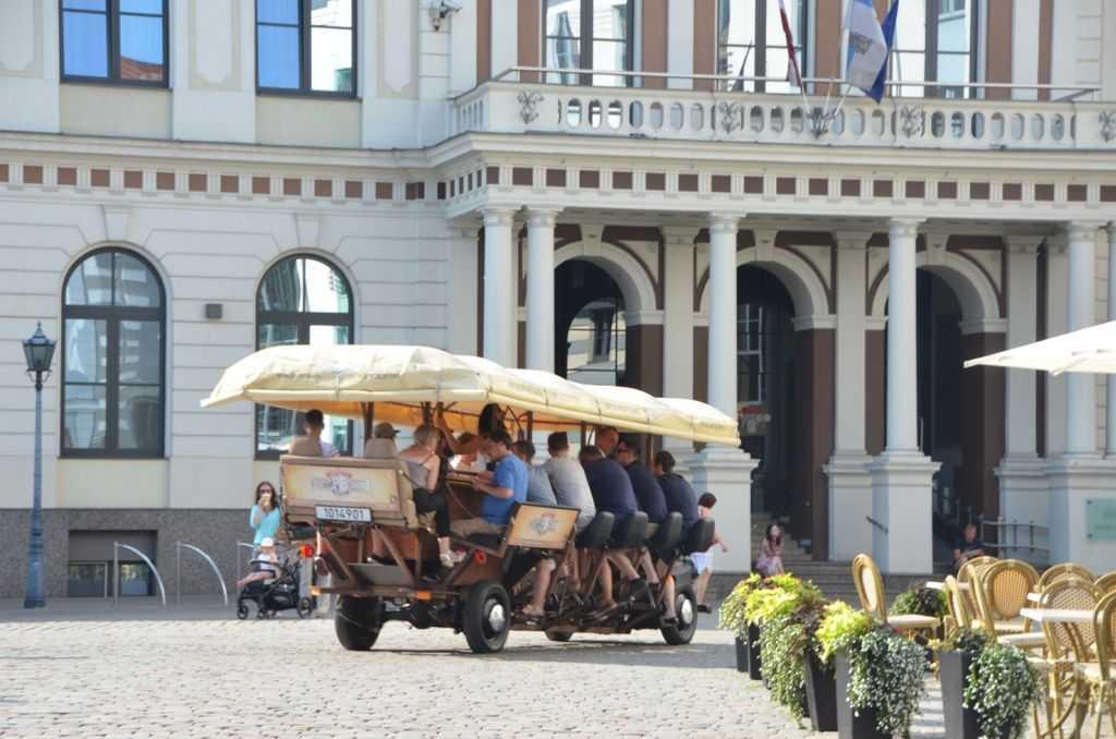 Riga'da sıkça rastladığımız tekerlekli barlar. Müşteriler müzik eşliğinde içki içip pedal çeviriyorlar.
