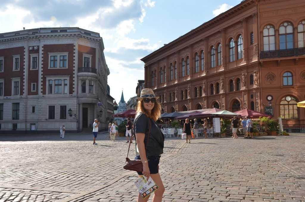 Riga eski kentin sokakları. Sağdaki kırmızı cepheli kemerli yapı Art Museum Riga Bourse. İhtişamlı Venedik Rönesans stilinde cepheye sahip yapı ihmal ve yangınlarla 1979'da tahrip olmuş. 3 yıllık tadilat sonrası 2011 yılında Letonya'nın en modern müzesi haline getirilmiş…