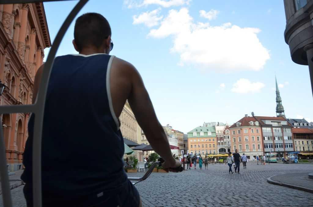 Bizim bindiğimiz bisiklet taksiden Riga manzarası…